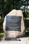 Gedenkstein anlässlich des 100. Geburtstages von Heinrich Graf Lehndorff, dem letzten Herrn auf Steinort und aktiver Teilnehmer des Hitler Attentats am 20. Juli 1944 Bildquelle: [B]